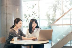 オフィス。パソコン。笑顔のOL女性2人の写真素材 [FYI01245746]