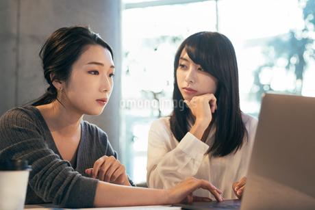 オフィス。パソコン。考えるOL女性2人の写真素材 [FYI01245747]