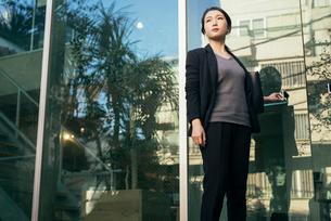 オフィスの外。OL女性がドアに手をかけているの写真素材 [FYI01245767]