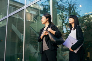 オフィスの外。OL女性2人。の写真素材 [FYI01245768]