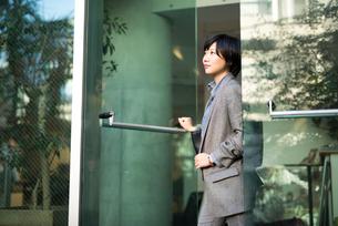 オフィスから出ようとしているOL女性の写真素材 [FYI01245775]