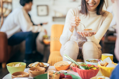 ホームパーティー。談笑。女性の写真素材 [FYI01245784]