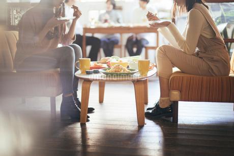カフェ。談笑。女性。の写真素材 [FYI01245787]