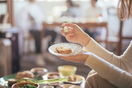 カフェ。談笑。女性。パウンドケーキの写真素材 [FYI01245788]