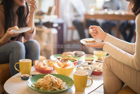 カフェ。談笑。女性の写真素材 [FYI01245789]