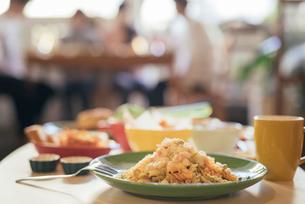 パーティー。料理写真。フジッリ。ショートパスタ。背景に複数人の写真素材 [FYI01245794]