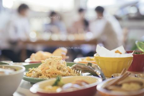 パーティー。料理写真。フジッリ。ショートパスタ。背景に複数人の写真素材 [FYI01245796]