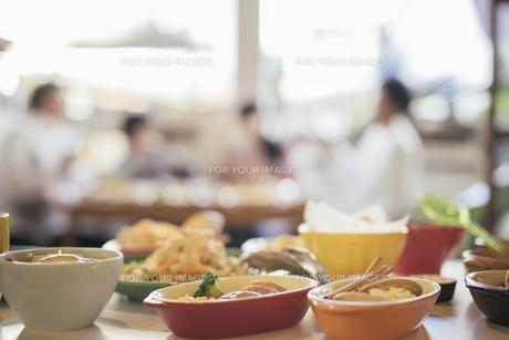 パーティー。料理写真。背景に複数人の写真素材 [FYI01245797]