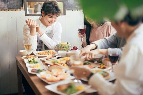 ホームパティー。料理をみて喜ぶ男性。談笑中の男女の写真素材 [FYI01245859]