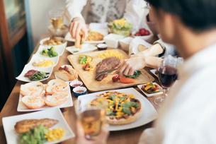 ホームパティー。料理にピント合わせの写真素材 [FYI01245865]