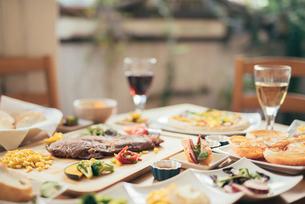 ホームパーティー。ステーキ。パン。ワインの写真素材 [FYI01245892]