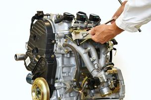 自動車エンジンの整備の写真素材 [FYI01246007]