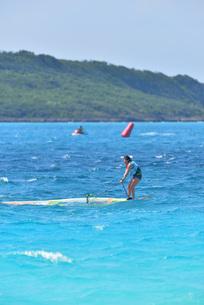 宮古島/前浜のサーフィンの写真素材 [FYI01246183]