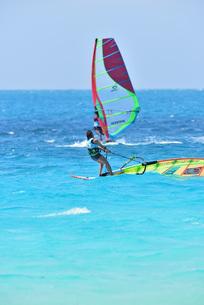 宮古島/前浜のサーフィンの写真素材 [FYI01246190]