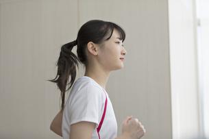 ランニングマシンで走る日本人女性の写真素材 [FYI01246302]