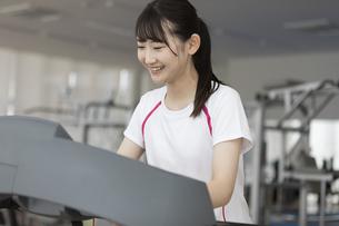 ランニングマシンで走る日本人女性の写真素材 [FYI01246304]