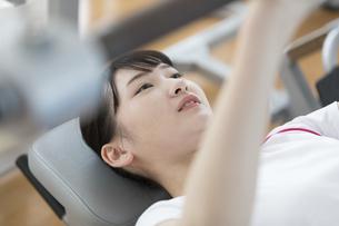 筋トレする日本人女性の写真素材 [FYI01246306]