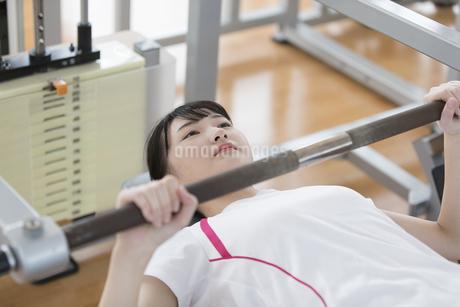 筋トレする日本人女性の写真素材 [FYI01246310]