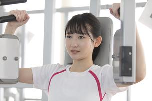 筋トレする日本人女性の写真素材 [FYI01246311]