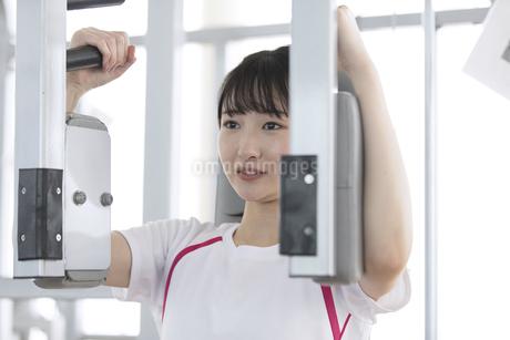 筋トレする日本人女性の写真素材 [FYI01246312]