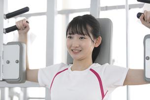 筋トレする日本人女性の写真素材 [FYI01246313]