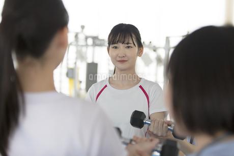 ダンベルを使ってトレーニングする日本人女性の写真素材 [FYI01246314]