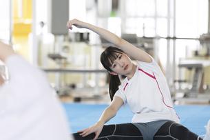 ストレッチをする日本人女性の写真素材 [FYI01246315]