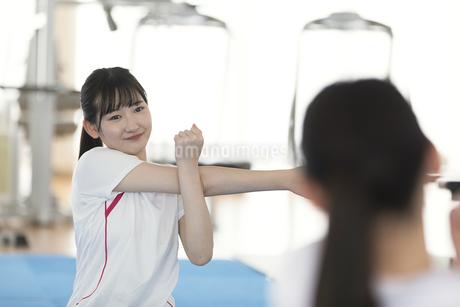 ストレッチをする日本人女性の写真素材 [FYI01246317]