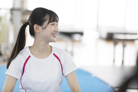 スポーツジムで微笑む日本人女性の写真素材 [FYI01246319]