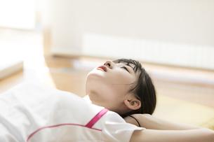 スポーツジムで天井を見上げる日本人女性の写真素材 [FYI01246320]