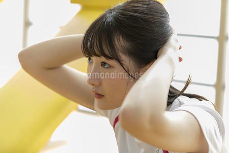 スポーツジムで天井を見上げる日本人女性の写真素材 [FYI01246321]