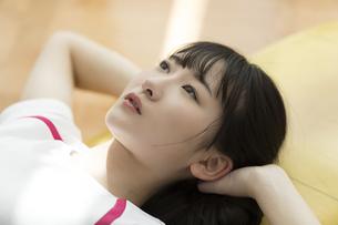 スポーツジムで天井を見上げる日本人女性の写真素材 [FYI01246322]