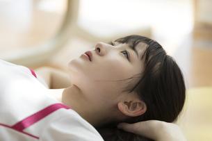 スポーツジムで天井を見上げる日本人女性の写真素材 [FYI01246323]