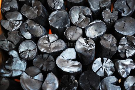 並んだ炭の写真素材 [FYI01246406]