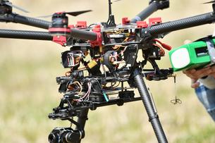 離陸前の産業用ドローンの写真素材 [FYI01246447]