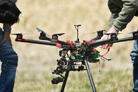 離陸前の産業用ドローンの写真素材 [FYI01246448]