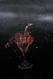 グラスからあふれ出る液体の写真素材 [FYI01246541]