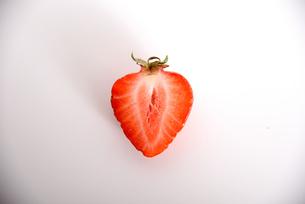 イチゴ カット 白バックの写真素材 [FYI01246565]