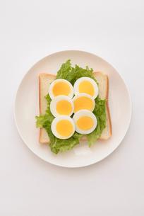 食パンの上にゆで卵と野菜の写真素材 [FYI01246766]
