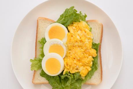 食パンの上に卵料理と野菜の写真素材 [FYI01246780]