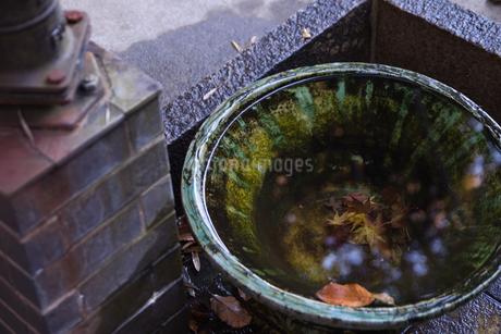 井戸と水桶の写真素材 [FYI01247013]