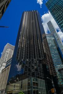 トランプタワーと青空(ニューヨーク)の写真素材 [FYI01247071]