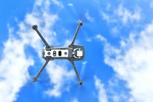 青空背景のドローンの写真素材 [FYI01247182]
