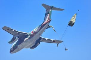 自衛隊のパラシュート訓練の写真素材 [FYI01247184]