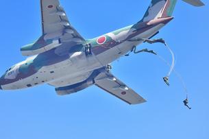 自衛隊のパラシュート訓練の写真素材 [FYI01247185]