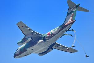 自衛隊のパラシュート訓練の写真素材 [FYI01247186]