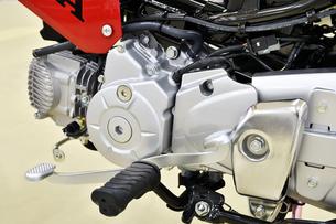 日本製小型バイクの整備の写真素材 [FYI01247248]