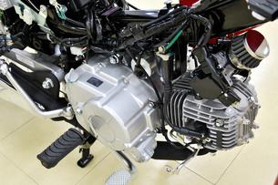 日本製小型バイクの整備の写真素材 [FYI01247249]
