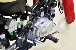 日本製小型バイクの整備の写真素材 [FYI01247250]