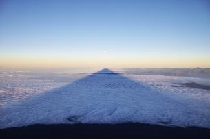 富士山頂から影富士の写真素材 [FYI01247260]